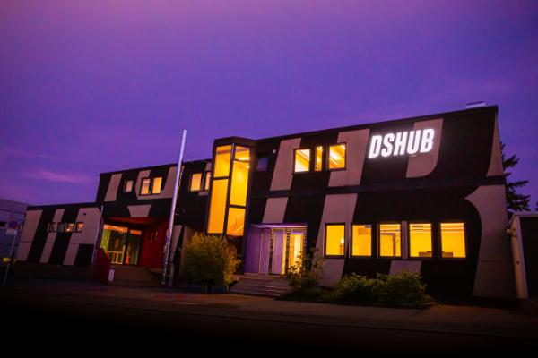 dshub – fassade bei nacht